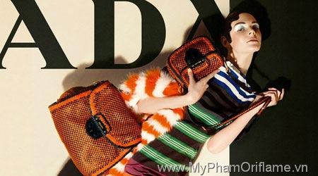 Muiccia Prada không để bị chi phối bởi sự kết hợp hài hoà giữa các sắc màu truyền thống